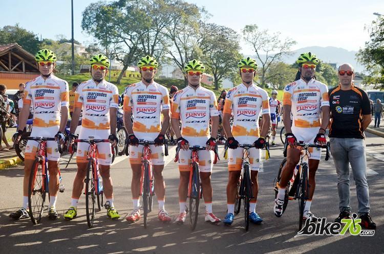 Equipe de São José dos Campos na Volta do Uruguai. (Foto: Luis Claudio Antunes/bike76)