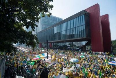 Manifestantes fazem ato contra a corrupção e contra o governo em diversas cidades do país. Na foto, protesto na Avenida Paulista. Foto: Marcelo Camargo/Agência Brasil)
