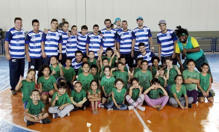 Antes da solenidade, o local recebeu uma integração entre a ADC Ford Taubaté Futsal e os alunos da EMEF Luiz Ribeiro Muniz e uma aula do Ritmo Livre. (Foto: Divulgação/PMT)