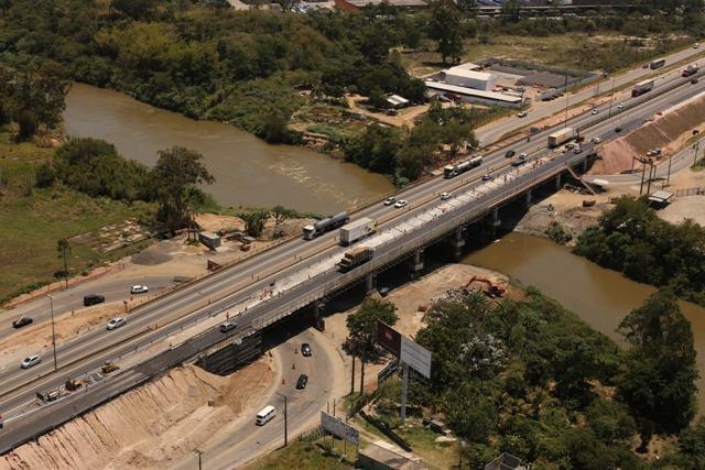 As obras de modernização da ponte sobre o rio Paraíba do Sul consistem na implantação de acostamento e reforço da estrutura e fazem parte do Programa de Reforma e Alargamento de Pontes e Viadutos, que está sendo realizado pela CCR NovaDutra desde 1996, em vários pontos da rodovia. (Foto: Adenir Britto/PhotoUp Brasil)