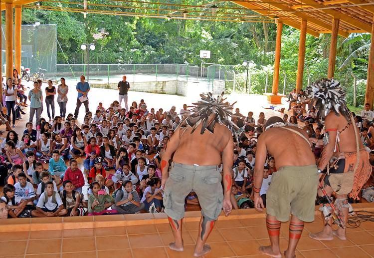 Apresentação dos índios na E.M. Profº Dr. Paulo Renato de Souza, no Camarão, região do Alto da Barra Velha. (Foto:  Silas Azocar/PMI)