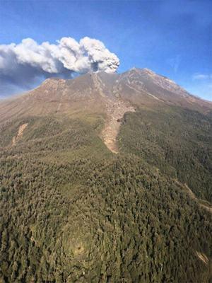 O vulcão Calbuco, que está em atividade desde quarta-feira (22), já entrou em erupção duas vezes, expelindo colunas de fumaça e cinzas a vários quilômetros de altura. (Foto: Ministério de Obras Públicas Chile)