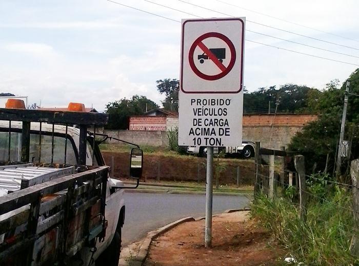 A sinalização restringe o tráfego de caminhões com capacidade de carga acima de 10 toneladas. (Foto: Luis Claudio Antunes/PortalR3)