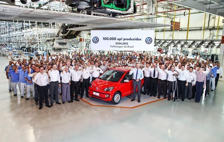 A Volkswagen do Brasil comemora a produção de 100 mil unidades do up! no País. O modelo que representa esse marco é um red up!, produzido na fábrica de Taubaté (SP). A comemoração contou com a presença do presidente da Volkswagen do Brasil, David Powels, executivos da empresa no Brasil e colaboradores da unidade. (Foto: divulgação)