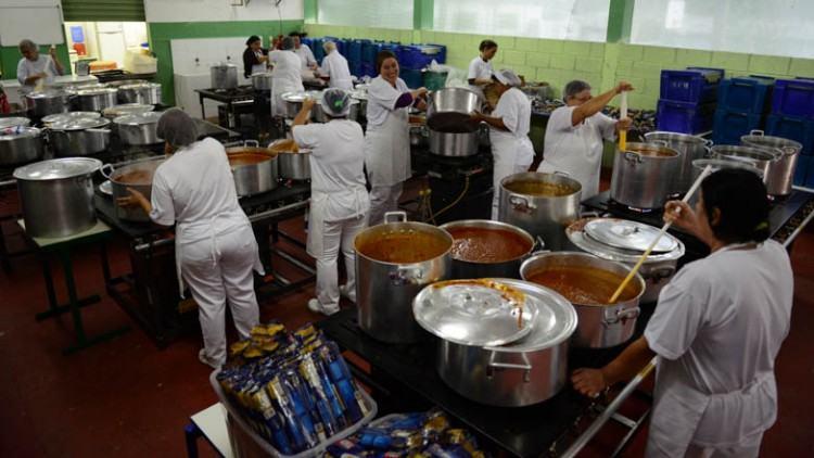 Logo no primeiro dia, será servida a tradicional macarronada, que este ano levará 2 toneladas de alimentos no preparo. (Foto: Claudio Capucho/PMSJC)