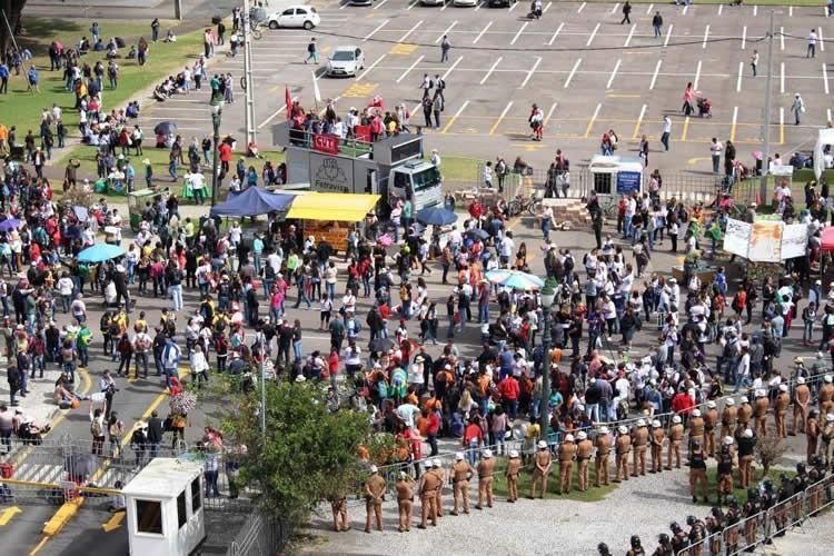 O confronto começou por volta das 15h, no Centro Cívico, em frente à Assembleia Legislativa, quando os deputados estaduais começaram a sessão para votar um projeto de lei (PL) que altera a previdência estadual. (Foto: Tiquinho/ Mandato Requião Filho/ APP Sindicato)