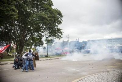 O protesto começou por volta das 15h, no Centro Cívico, em frente ao prédio, quando os deputados estaduais começaram a sessão. (Foto: Gabriel Rosa/Prefeitura de Curitiba)