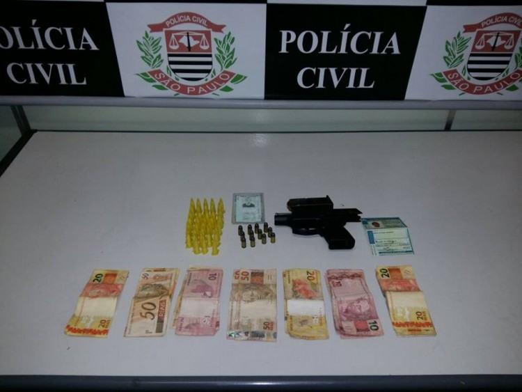 Dinheiro, drogas e arma apreendidas com a dupla de irmãos. (Foto: Divulgação/SIG)