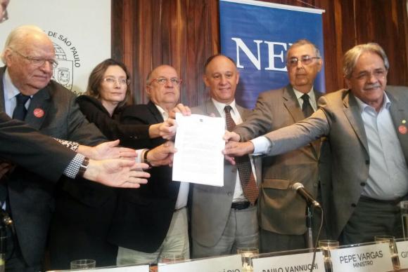 Ministros que ocuparam a pasta de Direitos Humanos no país assinam documento contra a redução da maioridade penal. (Foto: Vania Lain/SDH)