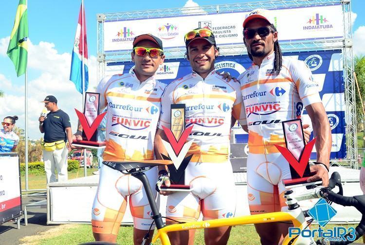 Chamorro, ao centro, foi o campeão, com Roberto Silva (esq.) em quarto e Flávio Santos em quinto. (Foto: Luis Claudio Antunes/Bike76)