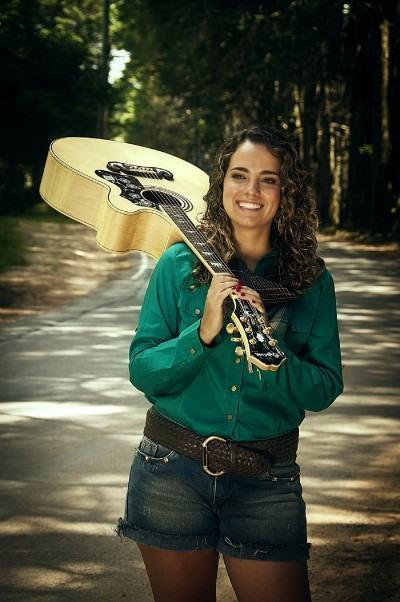 A taubateana Renata tem 24 anos e tem a música em seu DNA. (Foto: Divulgação/PMT)