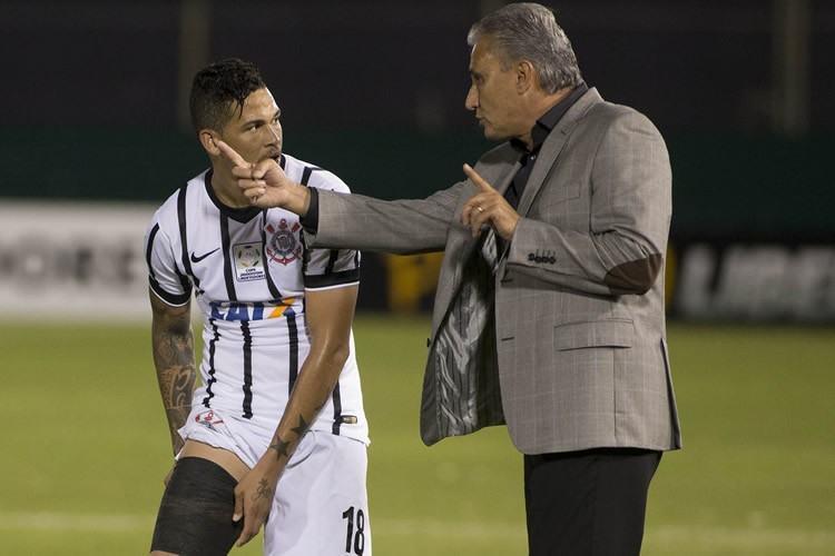 Tite bem que tentou orientar seu time, mas acabou sendo derrotado fora de casa. (Foto: Daniel Augusto Jr. / Ag. Corinthians)