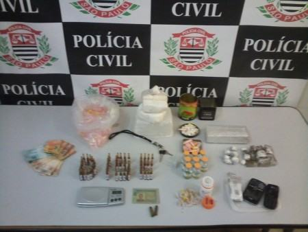 Drogas foram localizadas no interior de uma mochila. (Foto: Divulgação/Polícia Civil)