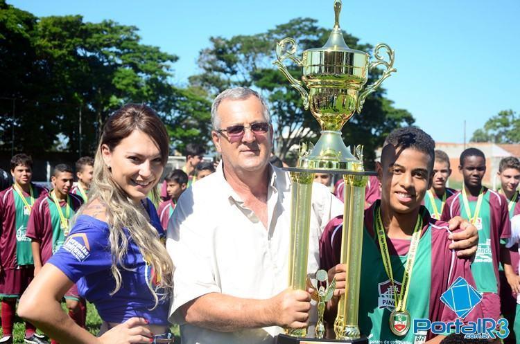 Capitão do Fluminense recebe o troféu de campeão. (Foto: Luis Claudio Antunes/PortalR3)