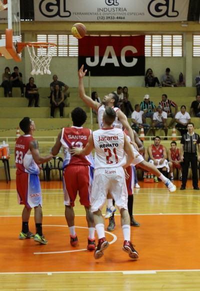 O cestinha da partida, Paulo Nery, passa a bola para Pajé, durante último jogo do primeiro turno, em que Jacareí venceu Santos por 72 a 67. (Foto: Alex Brito/PMJ)