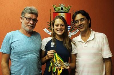 No Brasileiro e Sulamericano, a nadadora voltou para casa com nada menos que oito medalhas, sendo quatro de ouro. (Foto: Divulgação;PMU)
