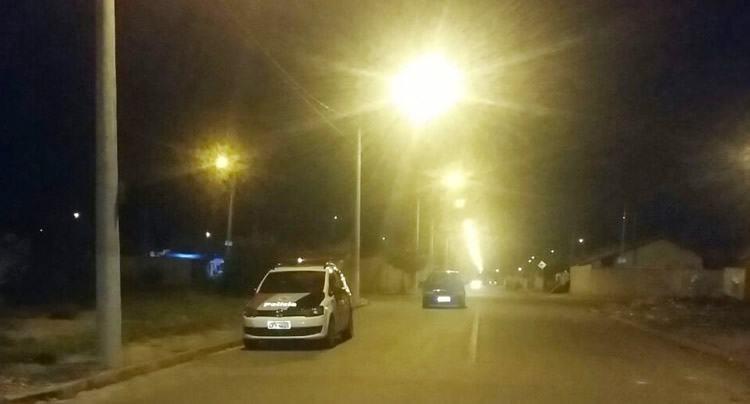 Viatura da Polícia Civil na rua do crime, em Moreira César. (Foto: Divulgação/Polícia Civil)