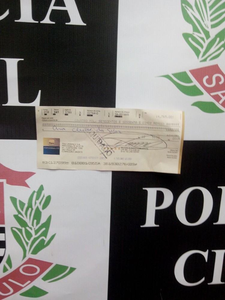 Folha de cheque clonado apreendida com a mulher no interior do Banco Itaú. (Foto: Divulgação/Polícia Civil)