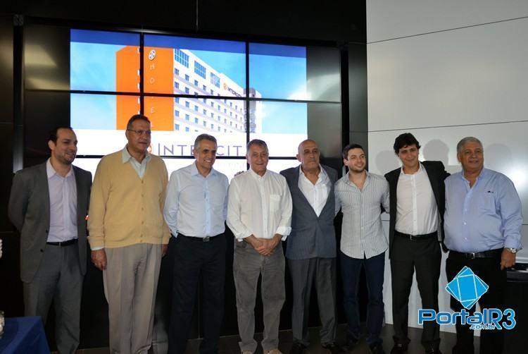 Prefeito Vito Ardito junto com investidores do novo hotel de Pindamonhangaba. (Foto: Luis Claudio Antunes/PortalR3)