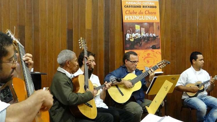 O Clube do Choro Pixinguinha é formado por 15 integrantes que se destacam no sax, clarinete, bandolim e teclado, além das vozes. (Foto: Divulgação/PMSJC)