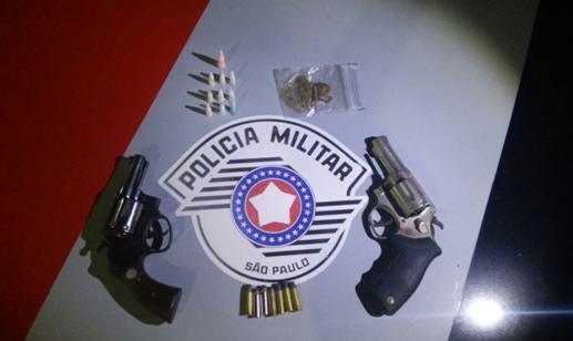 Armas e drogas apreendidas no interior de uma casa, durante festa. (Foto: Divulgação/PM)