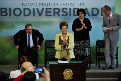 A presidenta Dilma Rousseff sancionou, com vetos, o novo Marco Legal da Biodiversidade em solenidade no Palácio do Planalto (Foto: José Cruz/Agência Brasil)