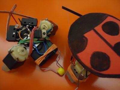 A oficina indica os princípios de eletrônica básica para a construção de um robô que desliza pelo chão e desvia a cada obstáculo. (Foto: Divulgação/Sesc)