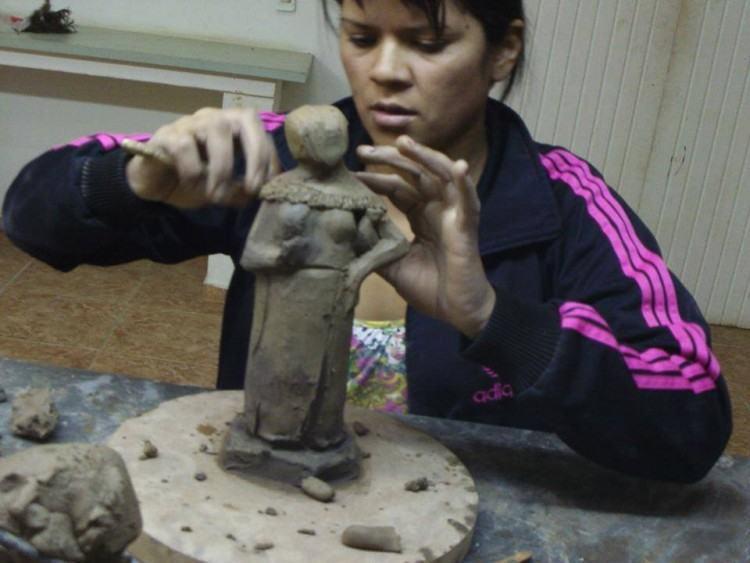 Esculturas com partes do corpo humano, panelas de barro, galinhas, imãs, objetos de decoração, etc, são alguns dos trabalhos que já podem ser admirados e também encomendados. (Foto: Divulgação/PMP)