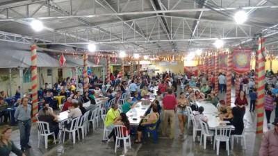 Quem gosta de diversão em família pode aproveitar a festa social, a partir das 21h, com barracas de comidas típicas, doces, bolos, música e o tradicional bolinho caipira. (Foto: Divulgação/PMC)