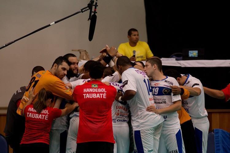 Taubaté comemora o tricampeonato no Pan-Americano de Handebol de Clubes. (Cínara Piccolo/Photo&Grafia)