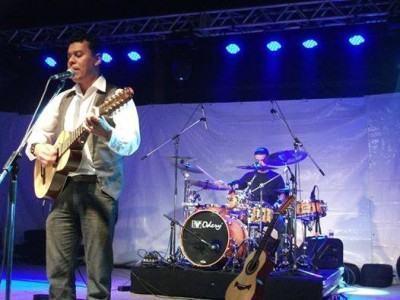 No sábado, dia 30, a Praça Dom Epaminondas tem música sertaneja com Valcir Rangel. (Foto: Divulgação/PMT)