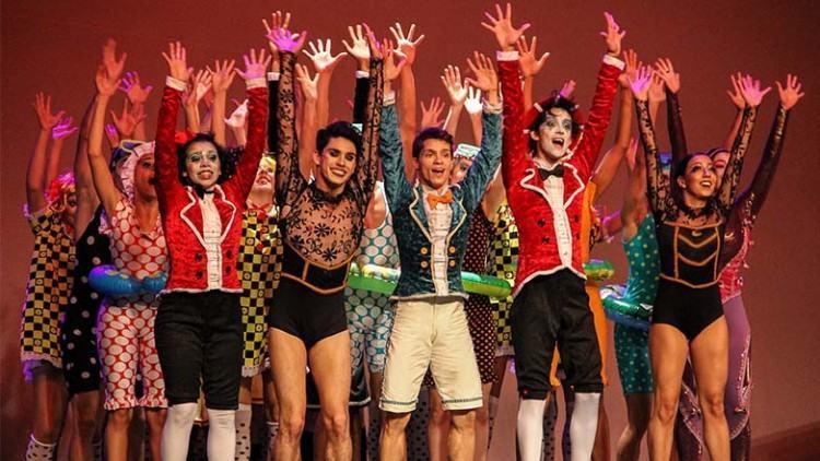 """""""Lugar Secreto – Meninos de Rua"""" apresenta coreografias de balé contemporâneo e técnicas circenses, além das expressões corporais. (Foto: Paulo Amaral/FCCR)"""