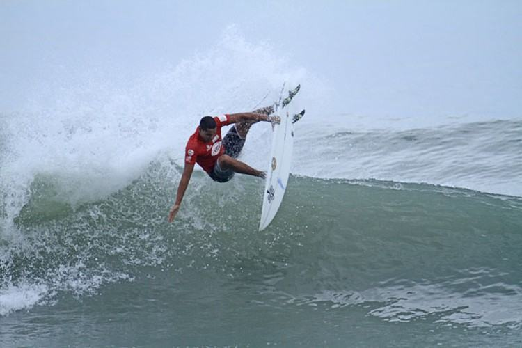 Atleta de 17 anos conquistou o título das categorias Profissional e Junior e saiu da praia Grande como principal destaque da primeira etapa do Circuito Municipal de Surf. (Foto:  Renato Boulos/Divulgação)