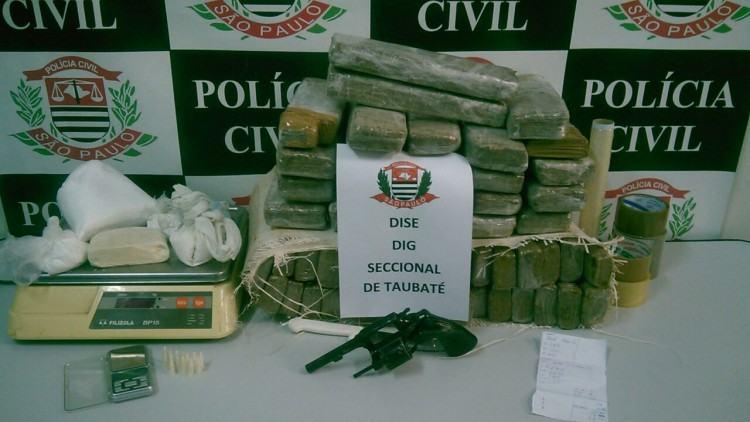 Drogas e arma apreendidos no interior da casa na parte baixa da cidade. (Foto: Divulgação/Polícia Civil)