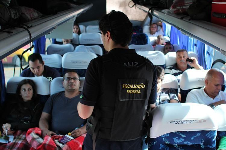 Realizado com apoio da CCR NovaDutra, 'Vou de Cinto' abordará motoristas e passageiros de ônibus. (Foto: Tales Mendes/Divulgação)