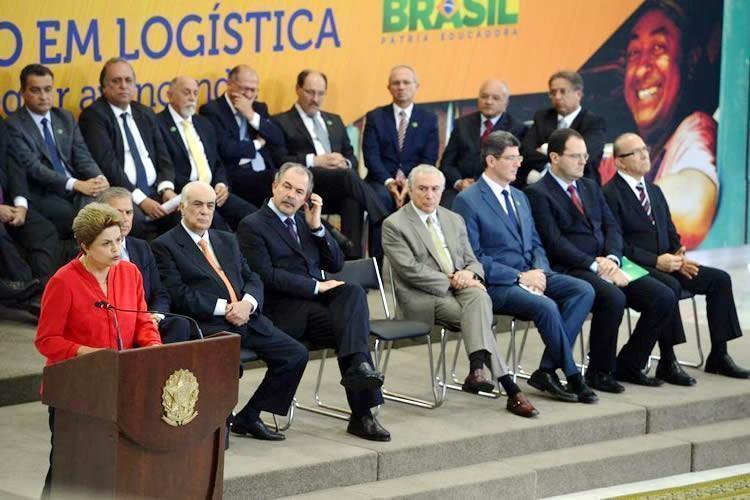Presidenta Dilma Rousseff participa da cerimônia de lançamento da nova etapa do Programa de Investimentos em Logística, no Palácio do Planalto (Foto: Valter Campanato/Agência Brasil)