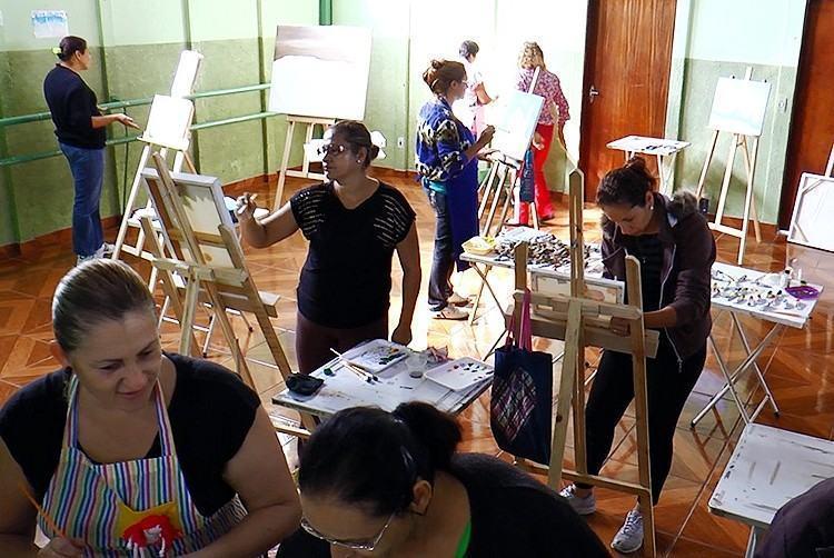 Oficina de pintura em tela no Centro Comunitário do Maricá. (Foto: Divulgação/PMP)
