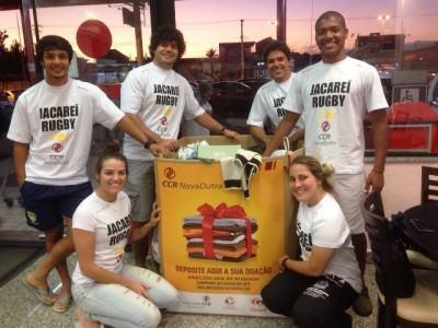 A equipe de Rugby de Jacareí, que apoia a Campanha do Agasalho da CCR NovaDutra pelo terceiro ano consecutivo, já angariou 10.318 peças este ano. (Foto: Divulgação/: Jacareí Rugby)