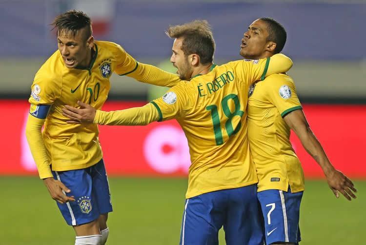 Seleção não joga bem, mas conta com boa atuação de Neymar e gol salvador de Douglas Costa para fazer 2 a 1 e manter série de Dunga. (Foto: Rafael Ribeiro/CBF)