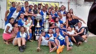 Jogadores e galera comemoram com a taça. (Foto: Divulgação/PMI)