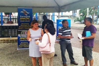 A equipe do Creas orientou e distribuiu material informativo da campanha. (Foto: Divulgação/PMC)