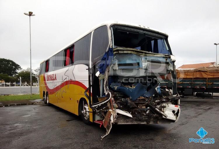 Ônibus envolvido no acidente está em Pindamonhangaba. (Foto:  PortalR3)