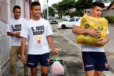 Doações foram recebidas pelos atletas, que percorreram sete bairros de São José. (Foto: Divulgação/CCR NovaDutra)