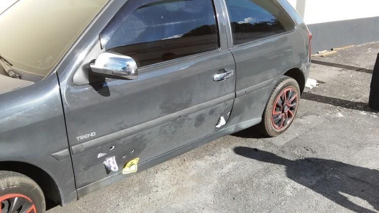 Veículo apreendido pela polícia, que teria sido usado na fuga pelos elementos suspeitos. (Foto: Divulgação/Polícia Civil)