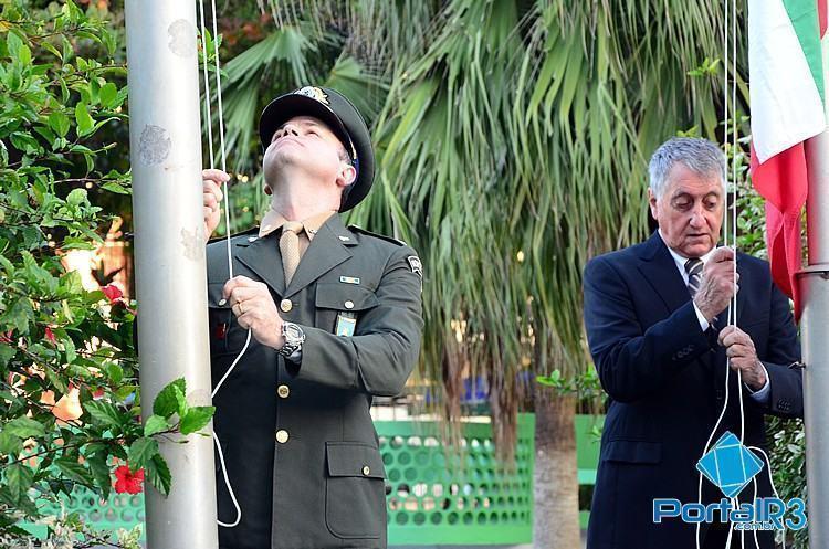 O prefeito Vito Lerario e o sub-comandante do 2º BE Cmb, major Roberto, durante a cerimônia de hasteamento de bandeiras. (Foto: Luis Claudio Antunes/PortalR3)