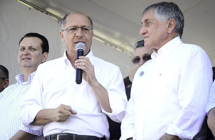 Geraldo Alckmin, Ministro das Cidades, Gilberto Kassab e o prefeito de Pindamonhangaba, durante evento de lançamento de apartamentos sociais no Araretama. (Foto: Luis Claudio Antunes/PortalR3)