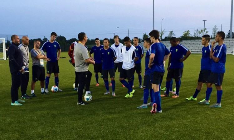 . Depois do aquecimento com o preparador físico João Goulart, os jogadores participaram de uma movimentação em campo reduzido, simulando situações de jogo. (Foto: Divulgação/CBF)