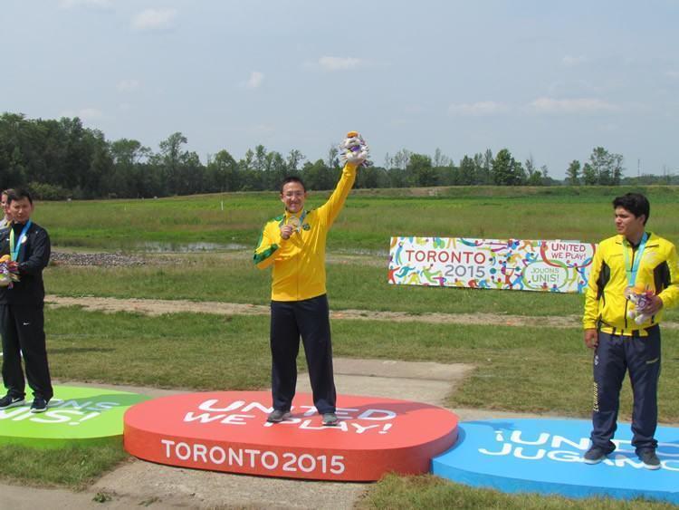 Felipe Wu recebe a medalha de ouro na prova de pistola de ar 10m durante os Jogos Pan-americanos Toronto 2015. (Foto: Miguel Freitas/Divulgaço)