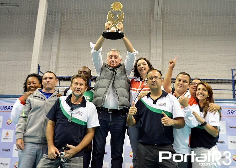 Prefeito de Pindamonhangaba, Vito Ardito Lerario ergue troféu de campeão da 2ª Divisão. (Foto: Alex Santos/PortalR3)