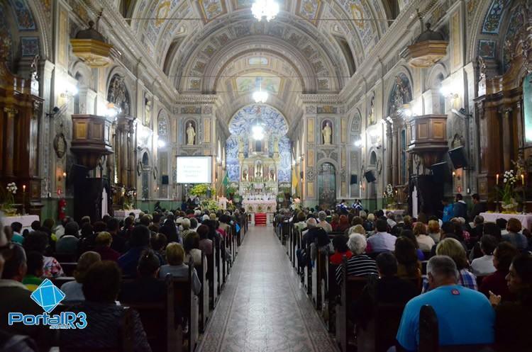 Fiéis acompanhando a missa solene na Igreja Matriz de Pindamonhangaba. (Foto: Luis Claudio Antunes/PortalR3)